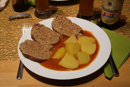 Hackbraten mit Tomatensoße und Salzkartoffeln (mein Teller)