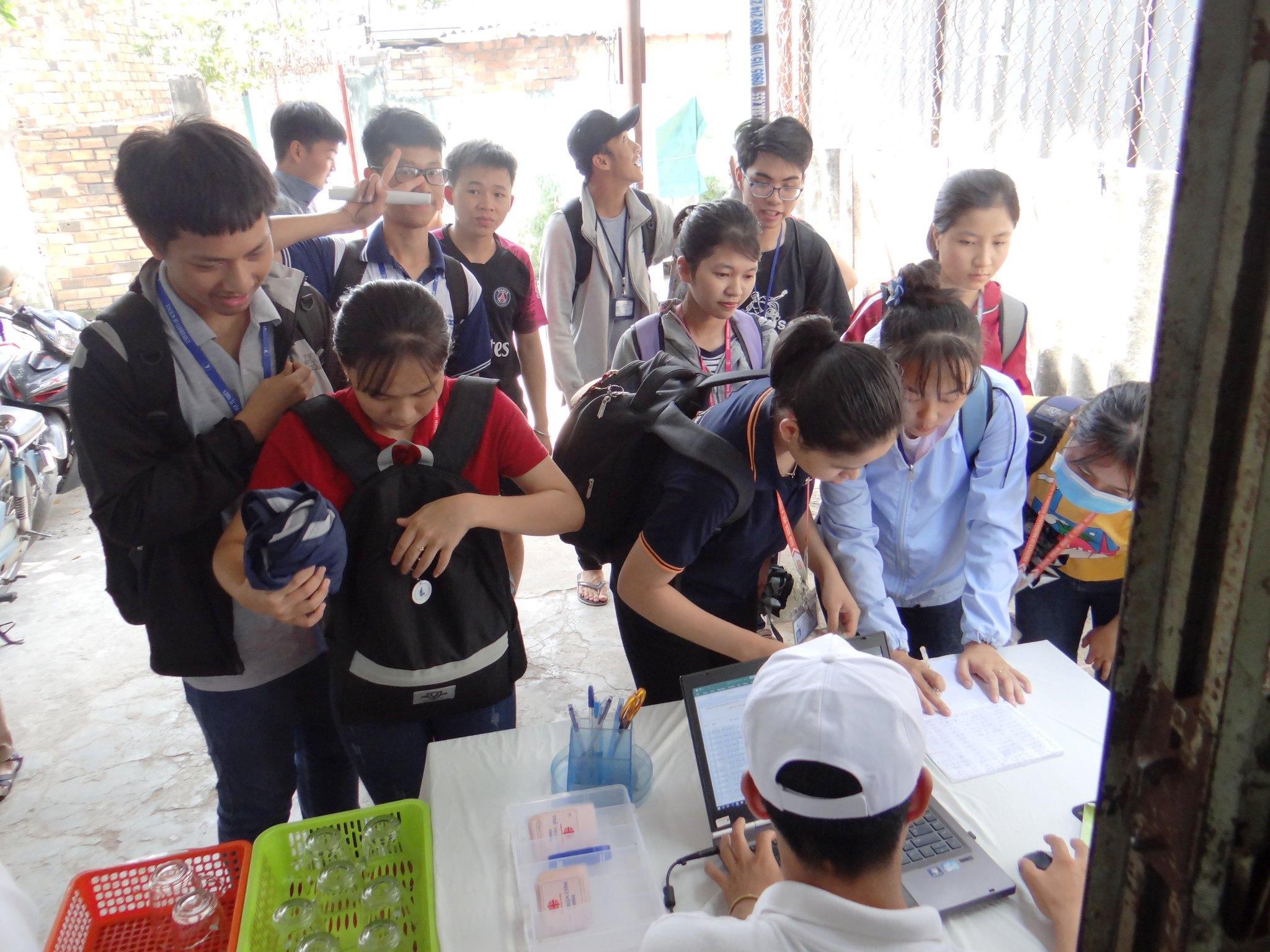 Sinh viên đăng ký suất ăn tại quán cơm sinh viên 5000đ