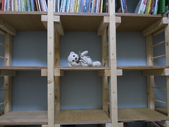 20180819-小白熊在櫃子中間 拷貝