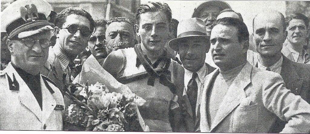 Dopo l'arrivo vittorioso nel G.P. di Varese disputato il 14.agosto 1939, ultima prova del campionato italiano indipendenti. alla sua sinistra con il cappello Girardengo