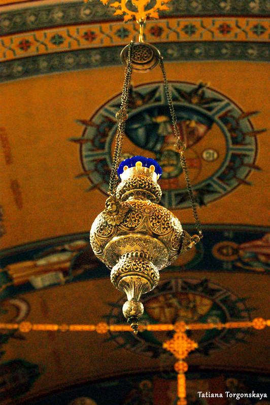 Лампада в интерьере собора