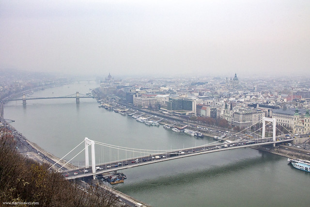 Vista dalla collina Gellért (Gellèrthegy) con Ponte Elizabeth, Budapest dall'alto