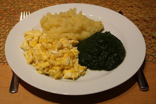 Mit Hühnerbrühe zubereiteter Kartoffelstampf, pürierter Blattspinat und Rührei