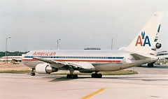 N322AA at Chicago OHare August 1986 (Scan)