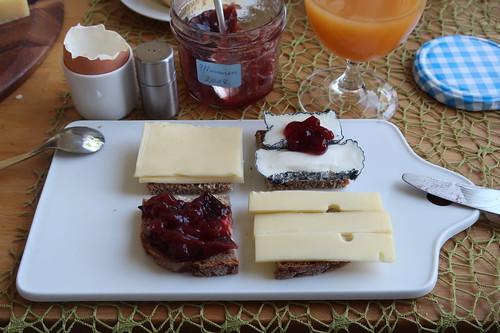 Cabrissac mit Preiselbeeren, Bio-Bergkäse, Pflaumenmarmelade und Bio-Butterkäse auf Roggenbrot