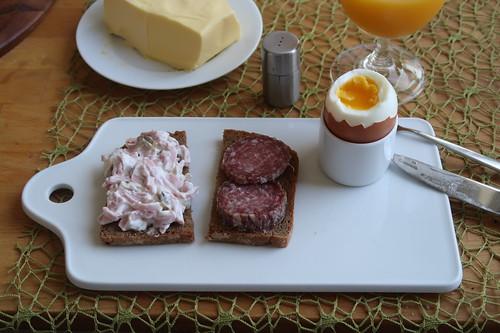 Fleischsalat und Bio-Stracke auf Roggenbrot zum Frühstücksei