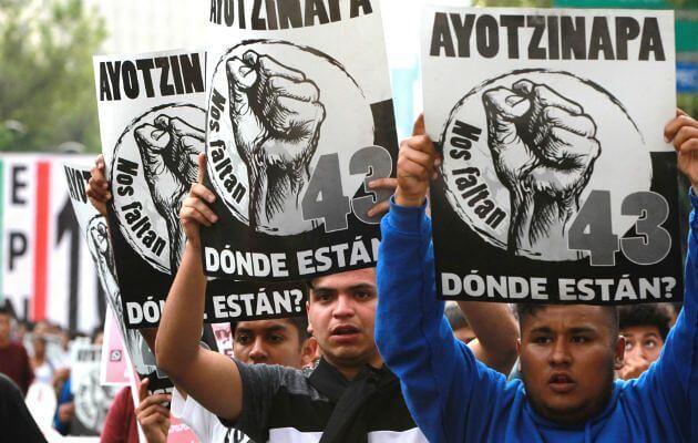 Estudantes mexicanos exigem a aparição com vida dos 43 estudantes desaparecidos no massacre de Ayotzinapa - Créditos: Desinformémonos
