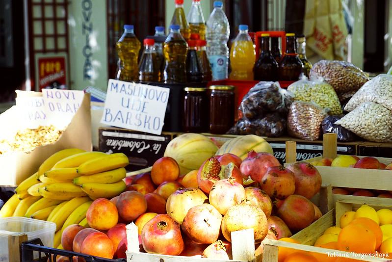 Прилавок с товарами на рынке в Требине