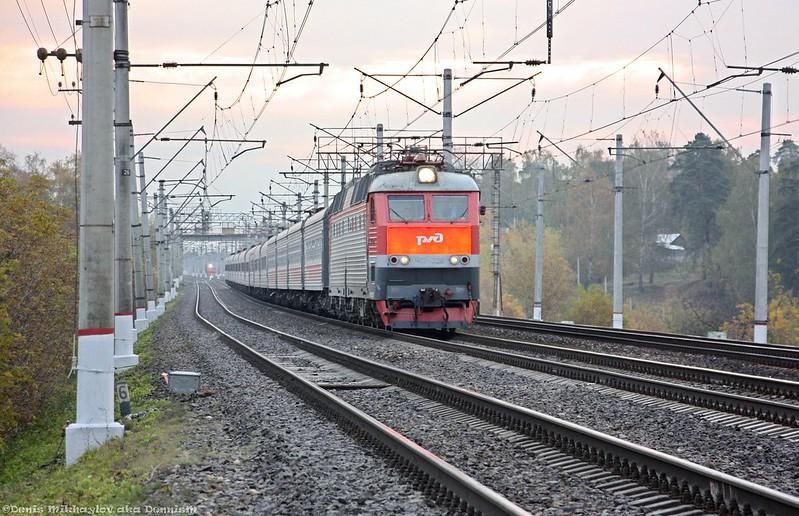Электровоз ЧС7-227 с пассажирским поездом
