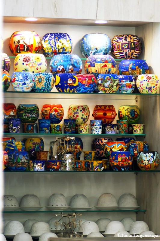 Стеллаж с товарами в сувенирном магазине Котора