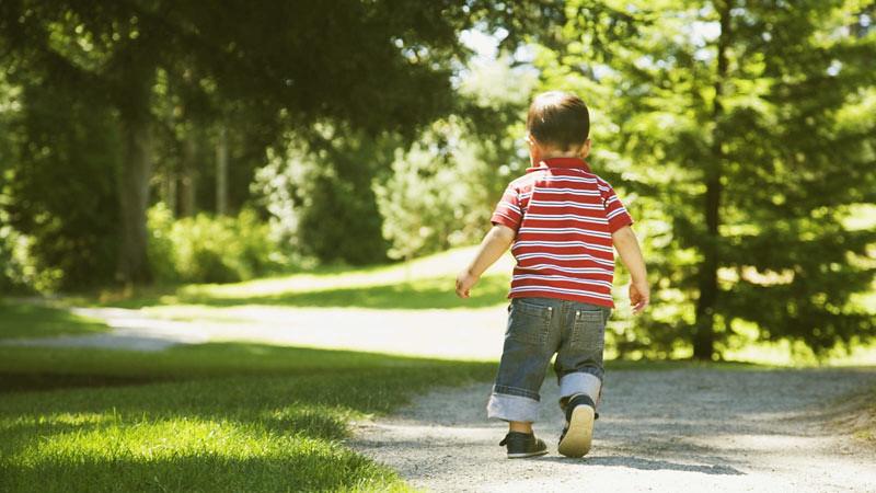 Salah satu cara agar anak tidak berlarian di tempat umum adalah membuatnya paham akan akibat dari perilakunya itu.