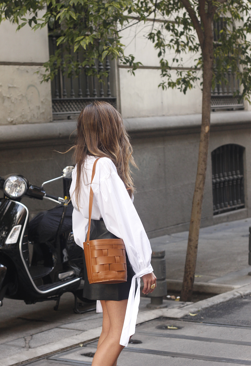 black leather skirt white shirt white sneakers la redoute street style fall outfit 201811