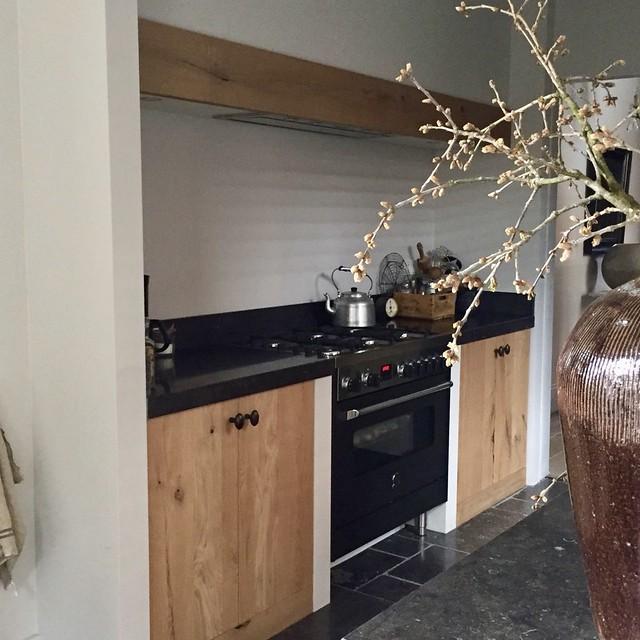 Houten keuken landelijke stijl pot op zuil