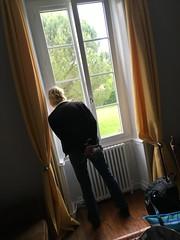 D. kijkt uit het raam