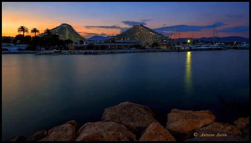 marina villeneuve loubet pyramides port barque bâtiment architecture ciel digue rochers reflets lumière palmiers silhouettes coucher tramonto sunset blue hour light cote dazur