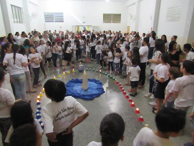 Crianças rezam o Terço pela paz