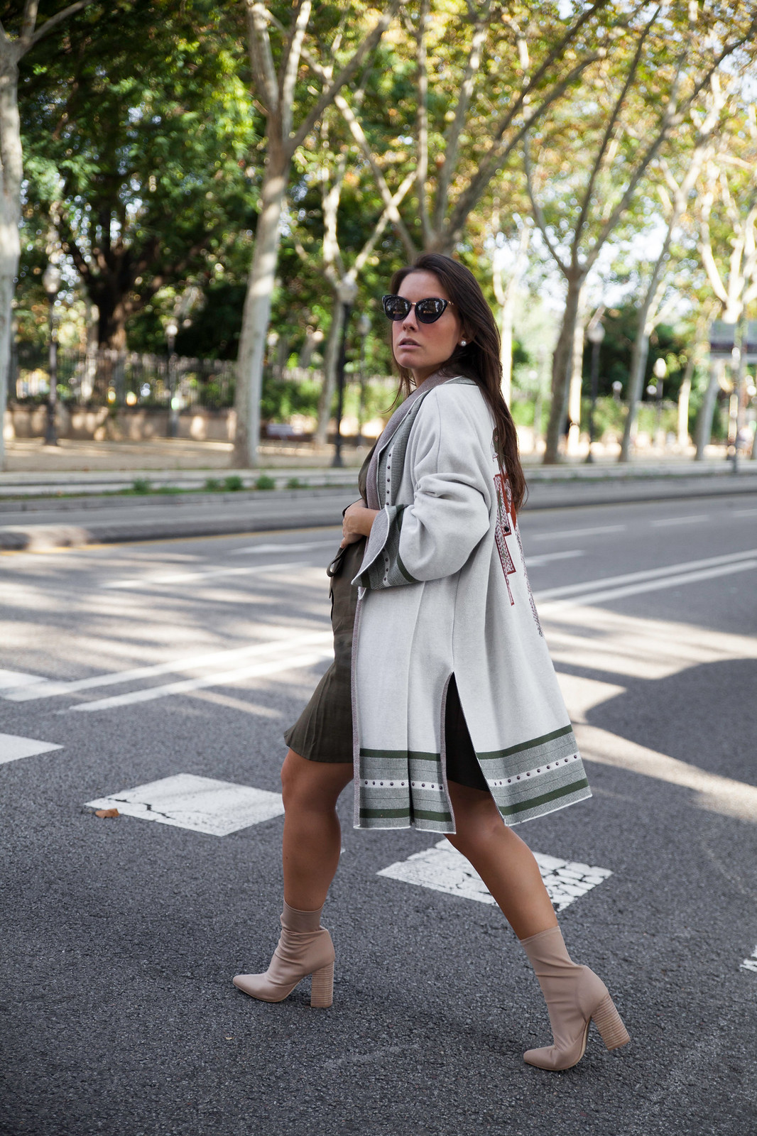 04_Como_combinar_un_cardigan_khaki_etnico_otoño_theguestgirl_rüga_laura_santolaira_influencer_embarazada_fashion_street_style_barcelona