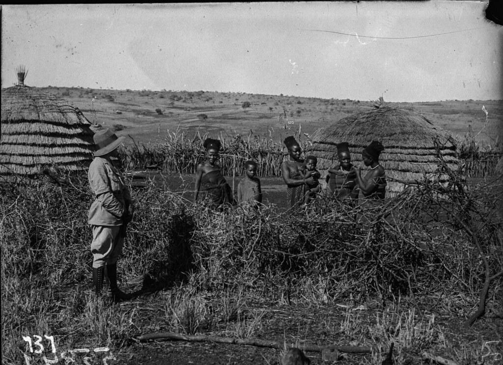 Окрестности Претории. Член экспедиции в деревне с сельскими жителями и детьми