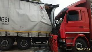 Il secondo camion incastrato al primo