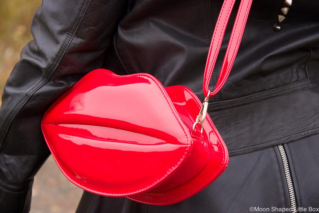 Huulilaukku, rock henkinen asu, huultenmuotoinen laukku, huulten muotoinen laukku