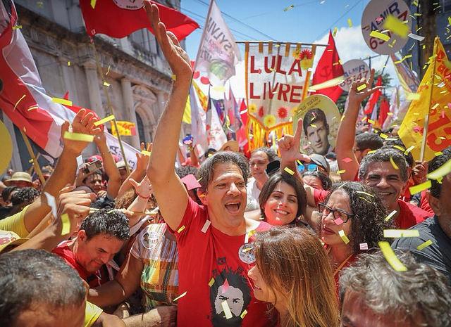 Haddad hace la mayor caminata de estas elecciones en Nordeste, centro de votos del PT