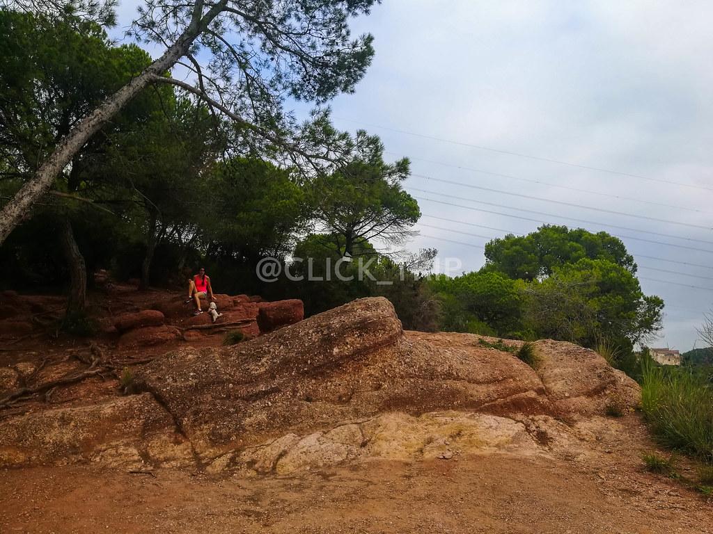 Gran roca rojiza (Cogemos el caminito que hay junto a la roca a la izquierda)