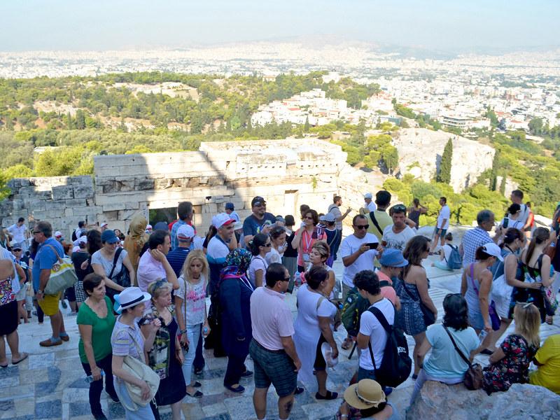 Colas para entrar a la Acrópolis de Atenas a la altura de los Propileos