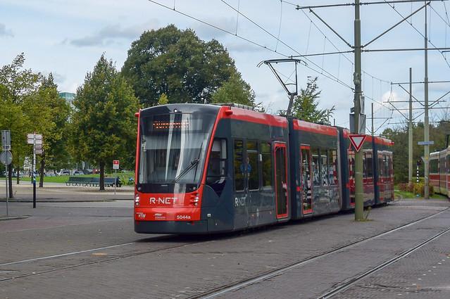 Avenio tram 5044 komt, Nikon 1 S2, 1 NIKKOR 11-27.5mm f/3.5-5.6