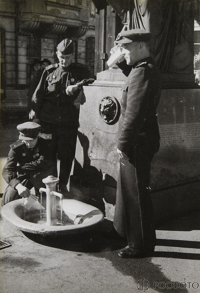 1945. Без названия. Американский и советские офицеры у источника