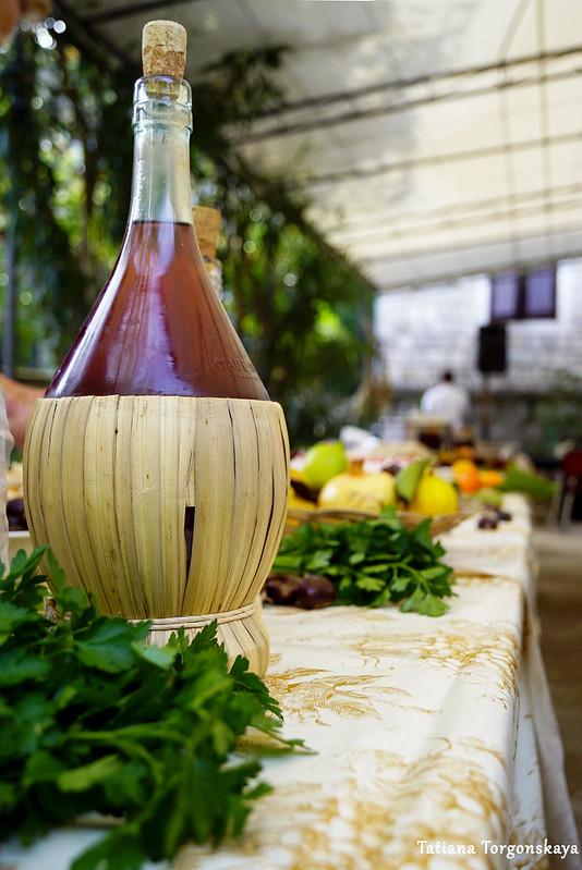 Бутылка на столе с угощениями