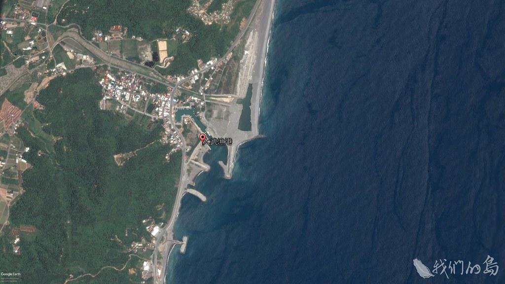 984-1-5 2016年大武漁港衛星照片,大武漁港港嘴淤積,南岸興建突堤及離岸堤,防止海岸繼續侵蝕。