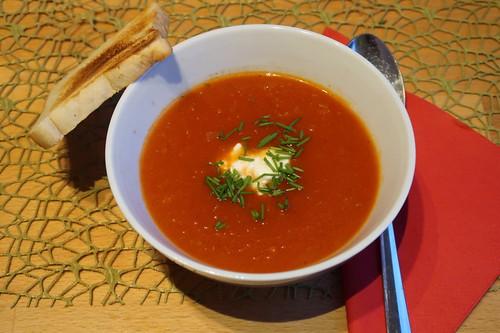 Tomaten-Chili-Suppe Rest mit einem Klecks Schmand und Schnittlauch
