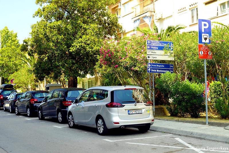 Машины, припаркованные в Красной зоне Тивата