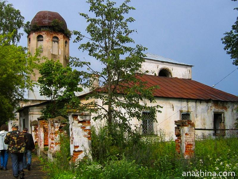 Полуразрушенные церкви Спаса Нерукотворного образа и церковь Климента Папы Римского в Новой Ладоге