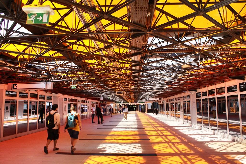 Passerelle entre gare routière et gare ferrovaire à Perrache, Lyon.