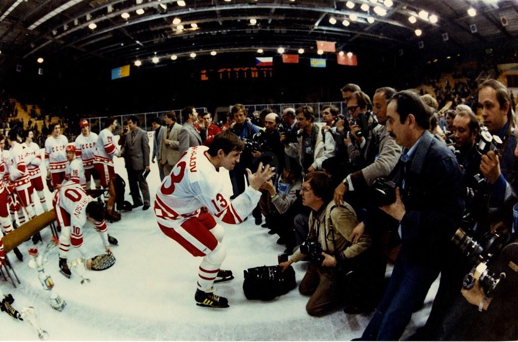 1972. Церемония награждения сборной СССР, победившей на VI хоккейном турнире на призы газеты Известия