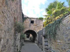 PASSAGE SOUS LES MURS - Photo of Villars-en-Pons