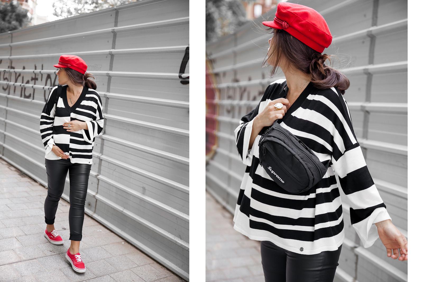 05_Como_combinar_un_jersey_blanco_y_negro_a_rayas_pantalones_cuero_embarazada_theguestgirl_casual_look_pregnant_30weeks