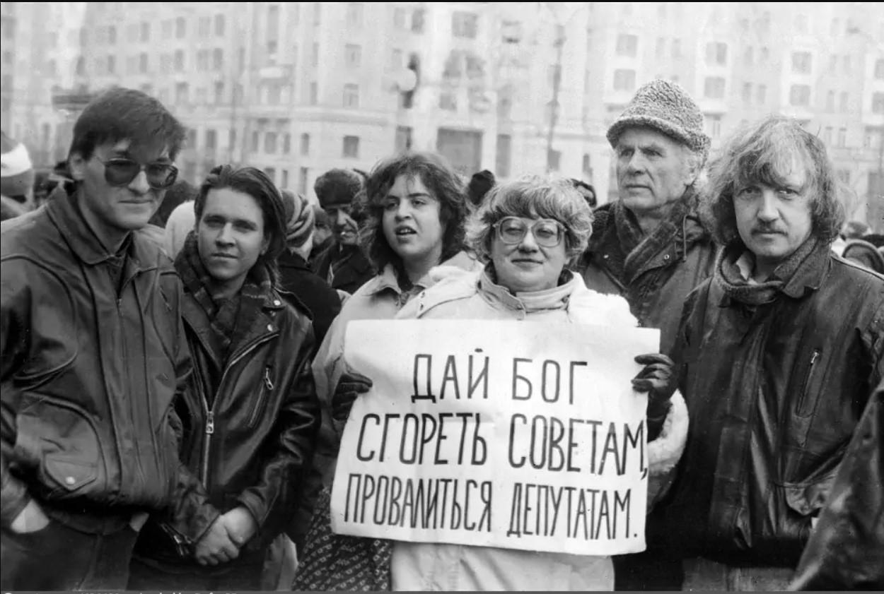 Валерия Новодворская с политическим лозунгом