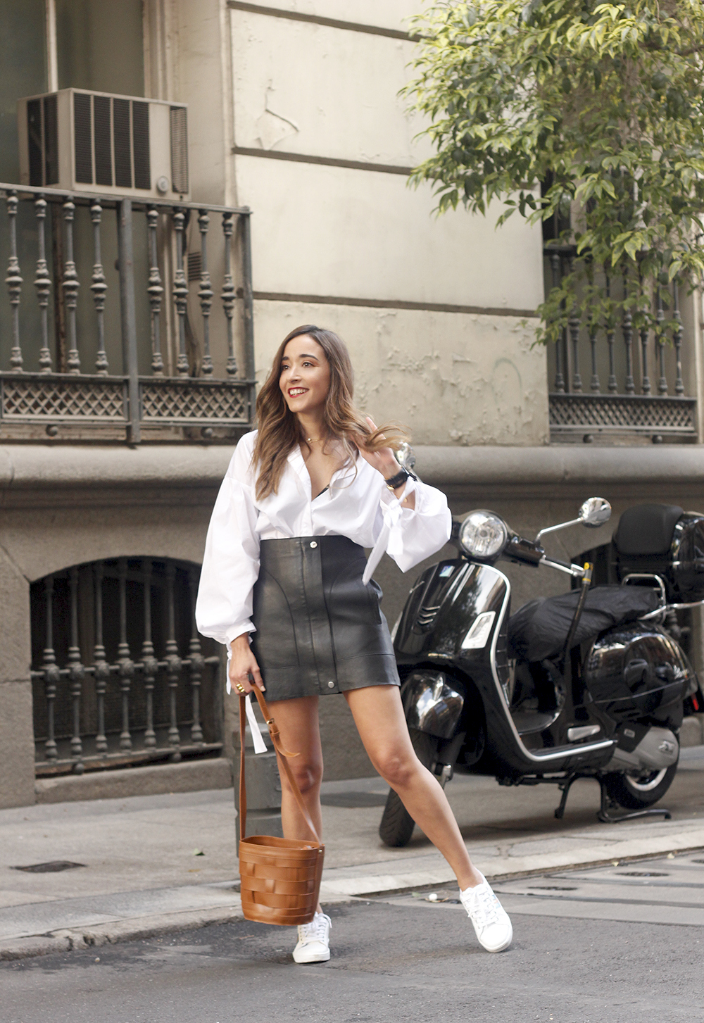 black leather skirt white shirt white sneakers la redoute street style fall outfit 201804
