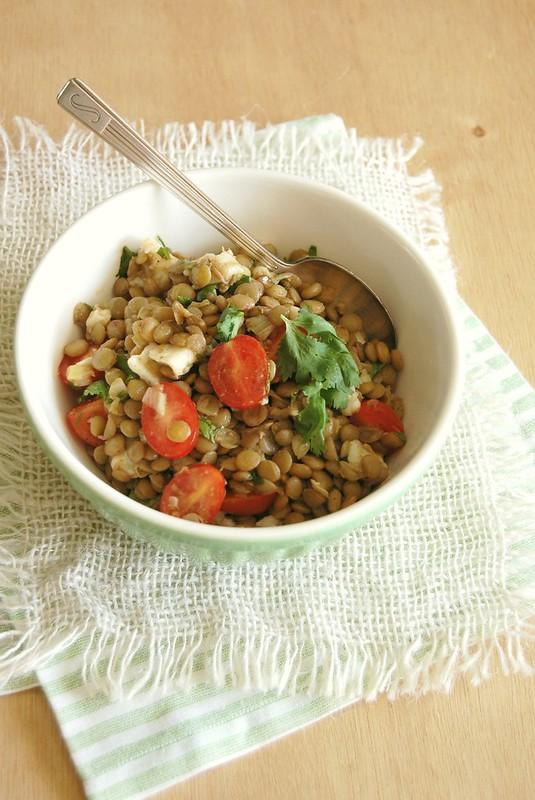 Salada de lentilha, feta e tomate cereja