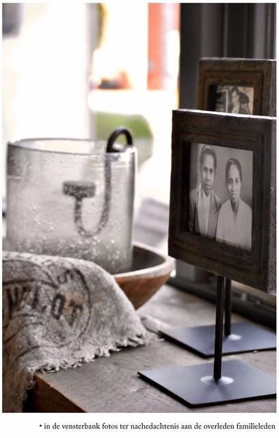 Familiefoto's vensterbank houten bak windlicht