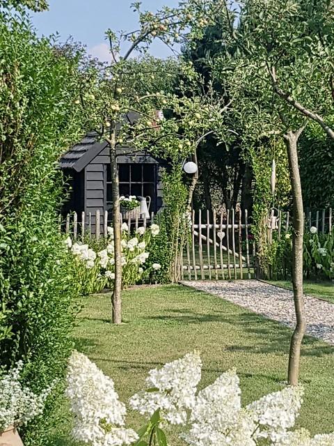 Landelijke witte tuin schapenhok zwarte tuinschuur