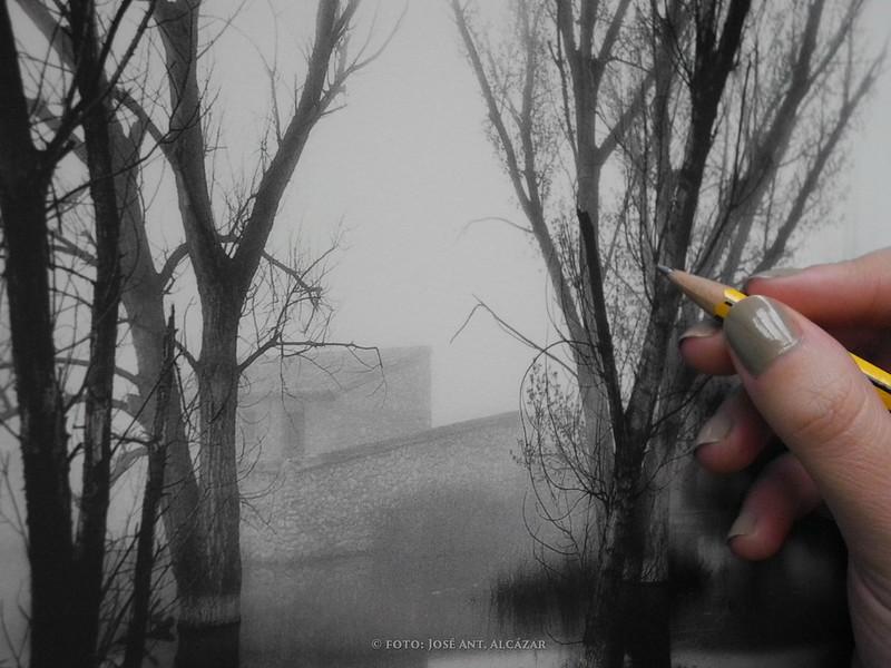 Imagen de la mano de una persona con un lapicero simulando que dibuja una fotografía