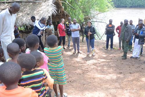 Head warden speaks to school chilidren in Kakongo