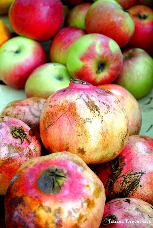 Осенние плоды: гранаты и яблоки