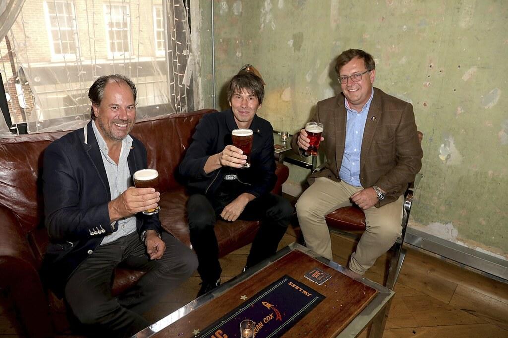 Физик Брайан Кокс решил выпустить свое пиво