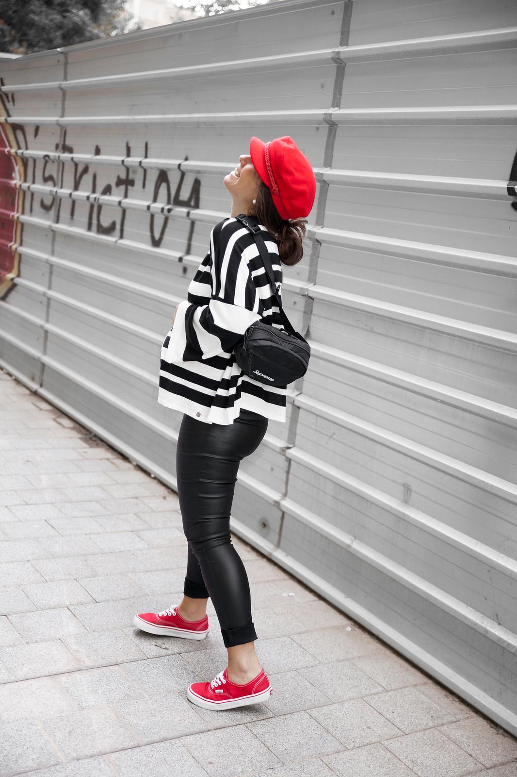 03_Como_combinar_un_jersey_blanco_y_negro_a_rayas_pantalones_cuero_embarazada_theguestgirl_casual_look_pregnant_30weeks