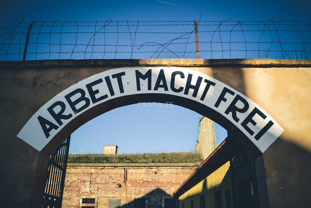 · Puerta de acceso al campo de concentración · Terezín ·