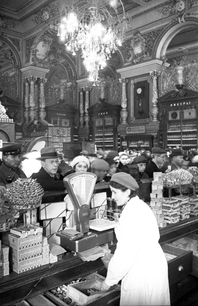 1930-е.Торговля в Елисеевском магазине.  Евзерихин Э.Н